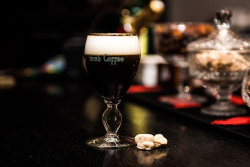コーヒーとウイスキーのカクテルの代表格「アイリッシュコーヒー」