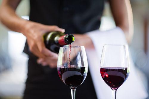 ワインの注ぎ方1 ワインボトルの正しい持ち方