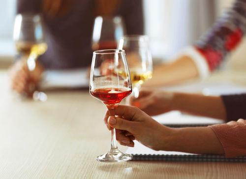 ワインの注ぎ方だけでなく、注がれる際のポイントもおさえよう
