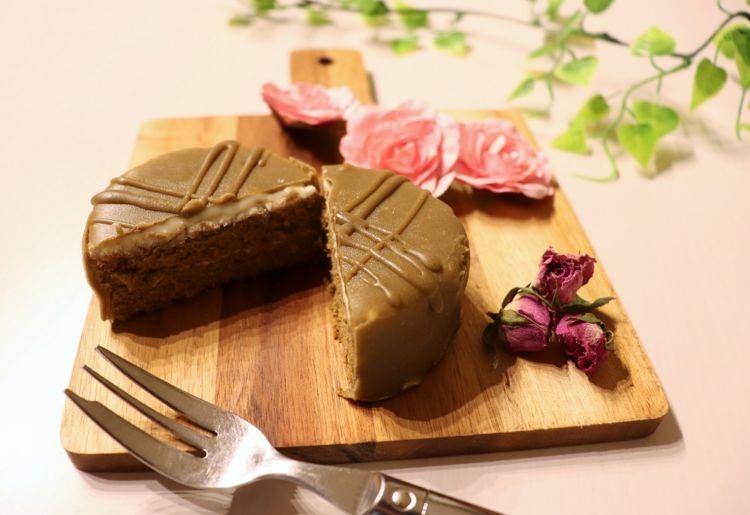「香るほうじ茶黒蜜 ショコラケーキ」におすすめなのは ・・・ 甘口のスパークリング清酒
