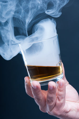 ウイスキー自体を燻製した「燻製ウイスキー」が話題に!
