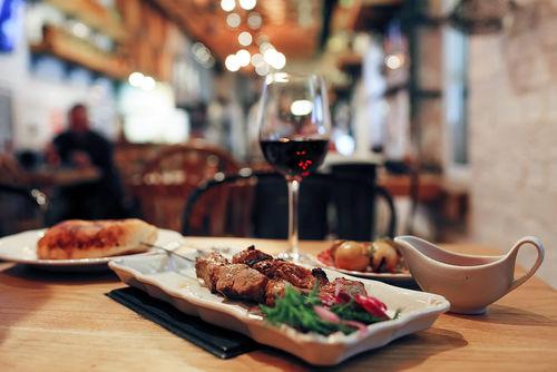 ワインを焼肉に合わせるなら、赤かスパークリングが鉄板